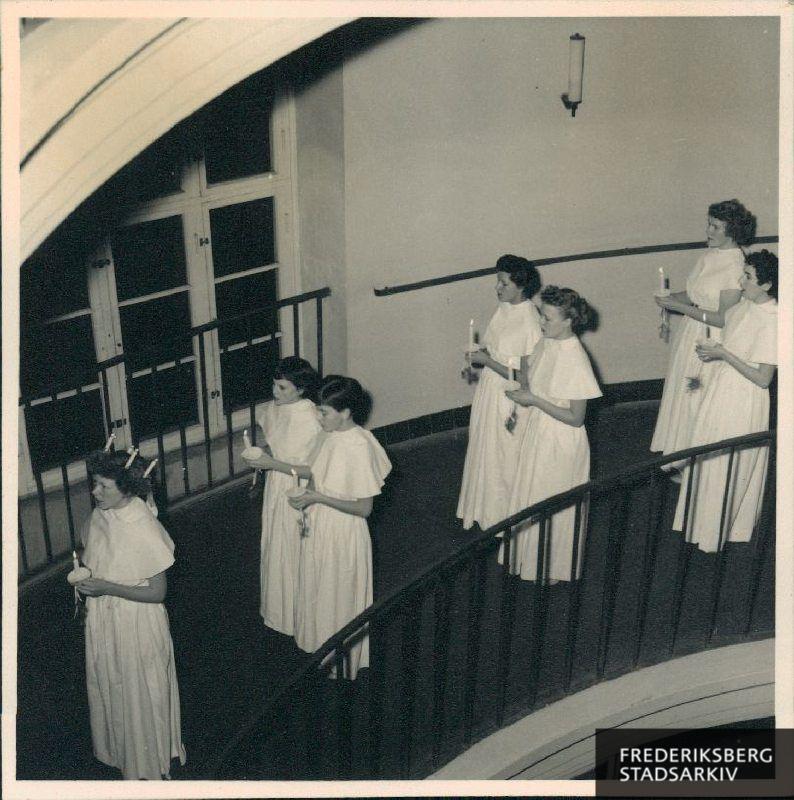 681d73400fef Lucia-piger i ens kjoler på vej ned ad vindelrampen - kbhbilleder.dk