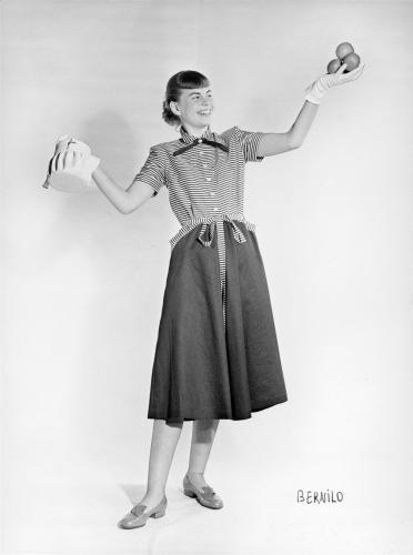 Ung mode: kvinder  i arbejde, arbejdsliv, posering, opstillet, handske, fotomodel, modelfotografi, varepræsentation, stormagasin